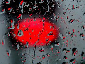 kırmızı yağmur damlaları