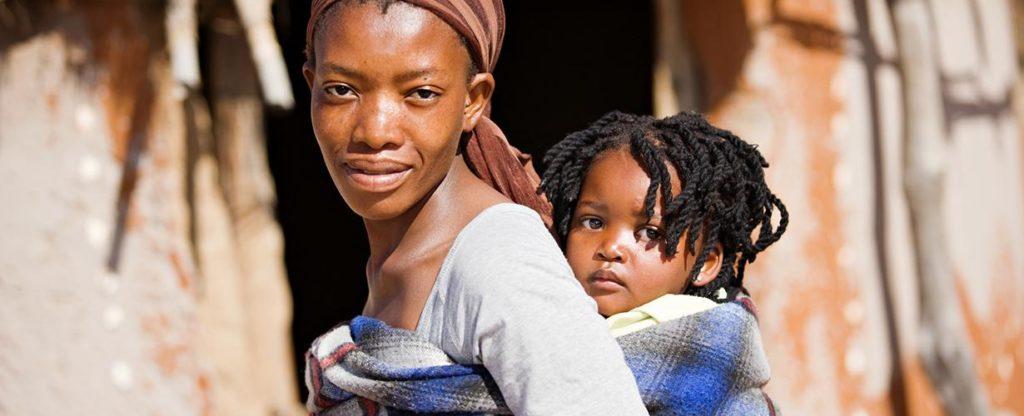 Afrikali cocuk ve anne